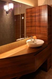 改装事例:水廻り・トイレのリフォーム 手洗いカウンター+清掃用家具+ミラー