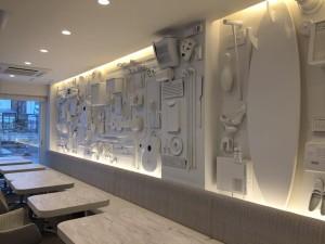 真っ白な立体ディスプレイ壁
